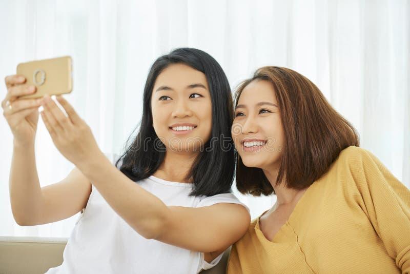 Adolescenti che prendono selfie immagini stock