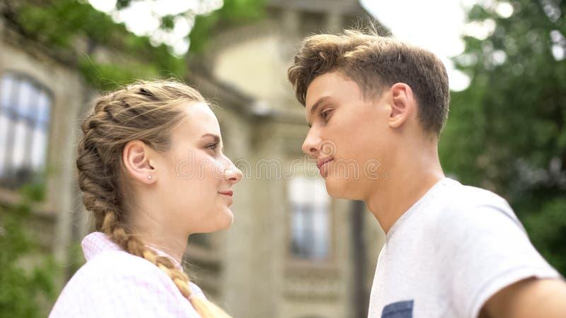 Adolescenti che se esaminano, prime relazioni, data romantica, amore ritenente fotografie stock libere da diritti