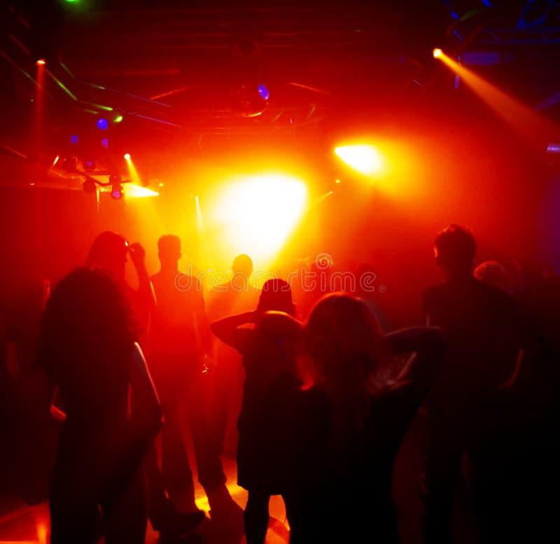 Download Adolescenti di Dancing immagine stock. Immagine di folla - 3887447