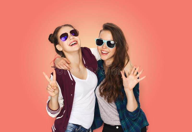 Adolescenti sorridenti in occhiali da sole che mostrano pace fotografie stock