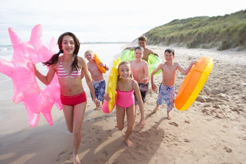 Adolescenti sulla spiaggia fotografie stock