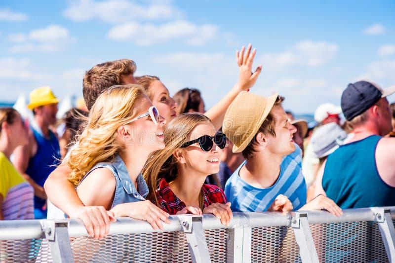 Adolescents au festival de musique d'été s'amusant photos stock