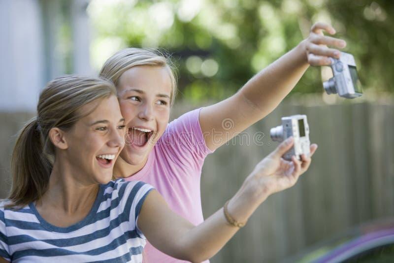 Adolescents avec des appareils-photo images libres de droits