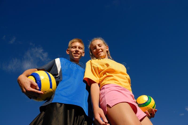 Adolescents avec des billes de football image libre de droits