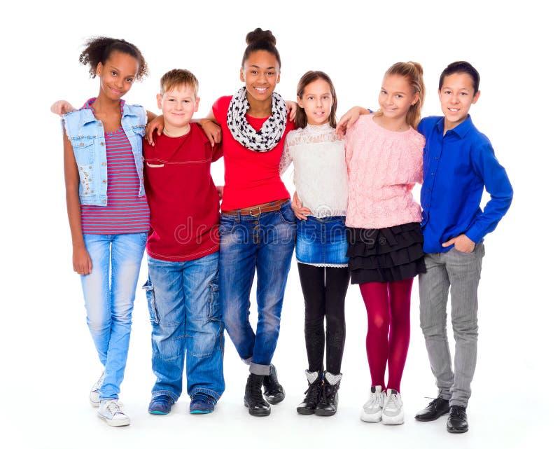 Adolescents avec différents vêtements se tenant ensemble images libres de droits