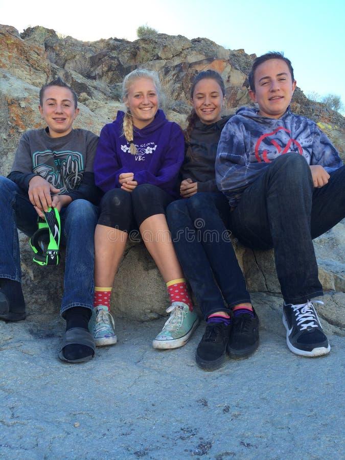 Adolescents ayant l'amusement photographie stock