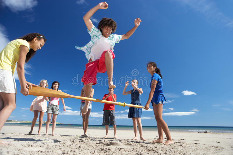 Adolescents ayant l'amusement sur la plage photo stock