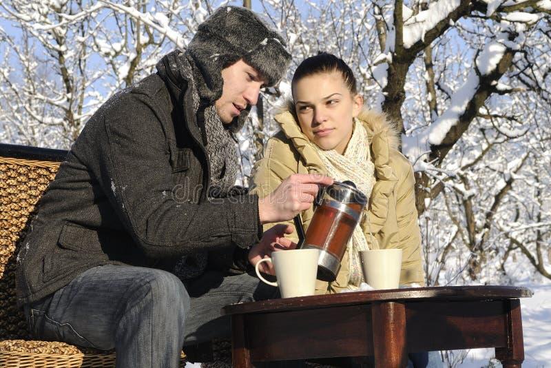 Adolescents buvant du thé image stock