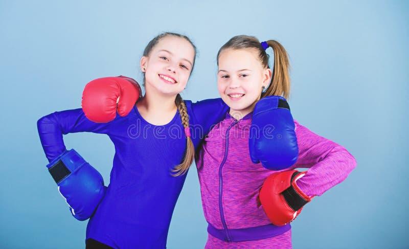 Adolescents confiants Boxeuse La boxe assure une discipline stricte Concurrents en anneau et amis dans la vie Les filles mignonne photographie stock libre de droits