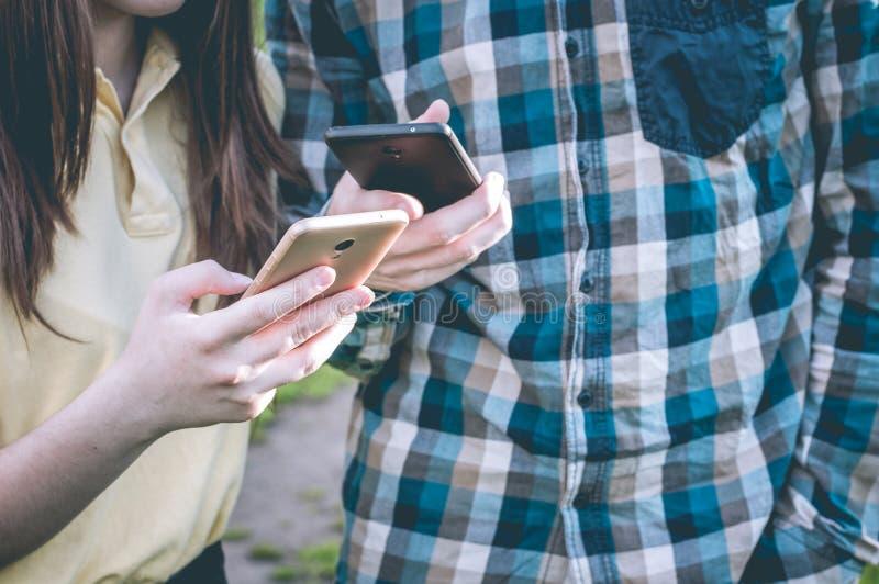 Adolescents dans les réseaux sociaux partageant en ligne photo libre de droits
