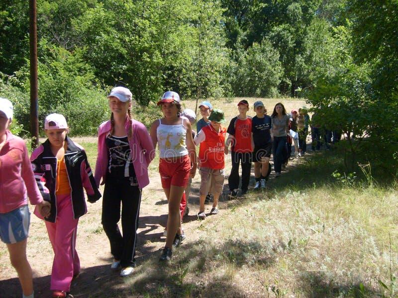 Adolescents de trekking dans les bois, colonie des vacances des enfants photos libres de droits