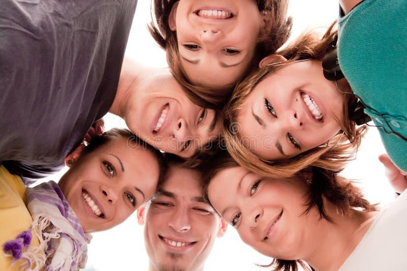 Adolescents en cercle photographie stock
