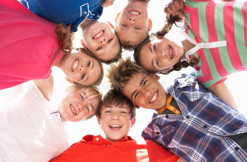 Adolescents en cercle photos stock