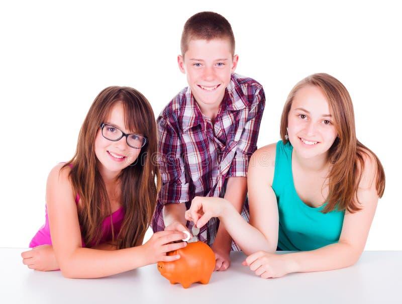 Adolescents enregistrant l'argent à l'avenir photo stock