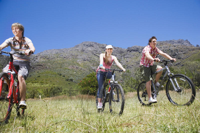 Adolescents et fille faisant du vélo dehors photo libre de droits