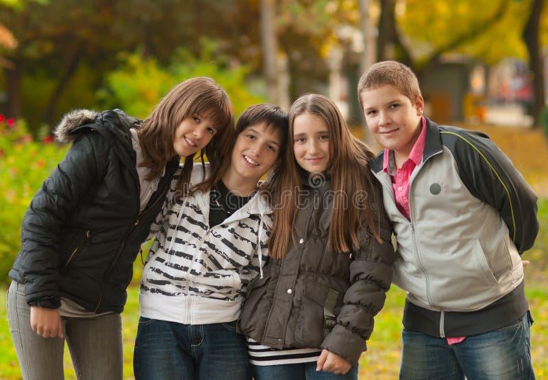 Adolescents et filles ayant l'amusement dans le stationnement photo stock