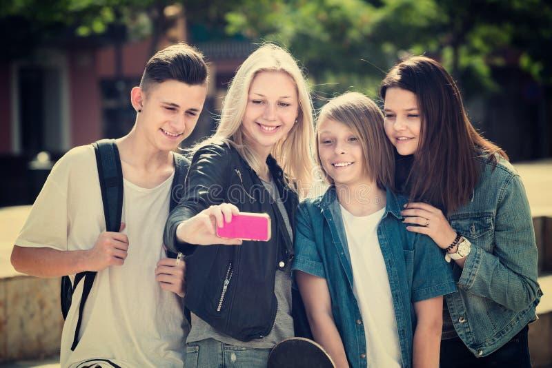 Adolescents faisant le selfie dehors photos stock