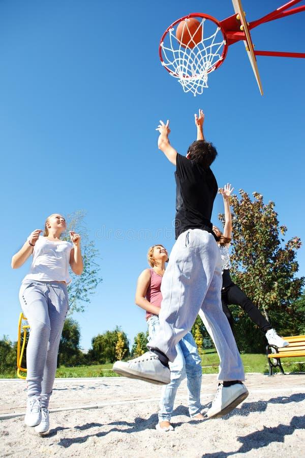 Adolescents jouant au basket-ball image stock