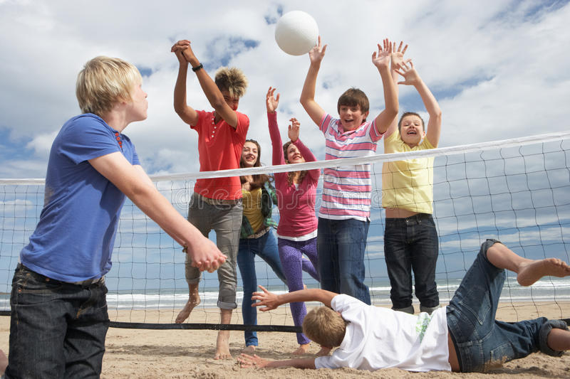 Adolescents jouant au volleyball photographie stock