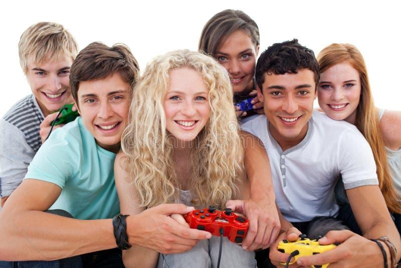 Adolescents jouant des jeux vidéo images stock