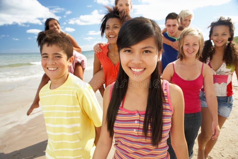 Adolescents marchant sur la plage photographie stock libre de droits