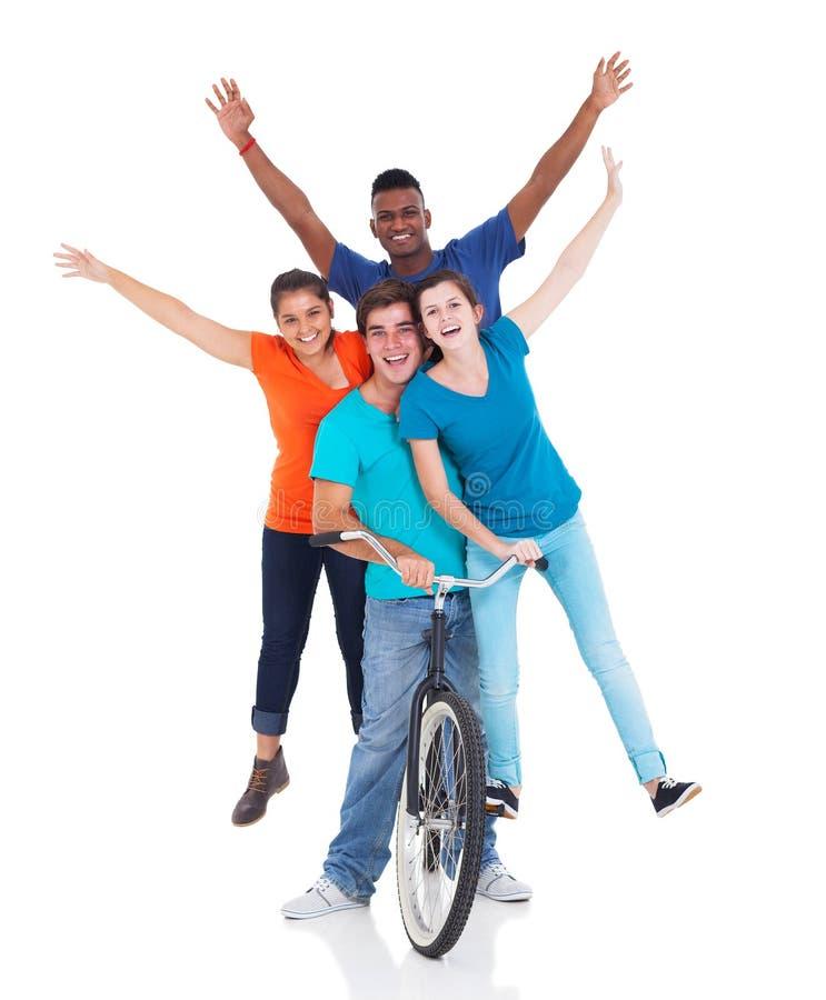 Adolescents montant la bicyclette photos stock