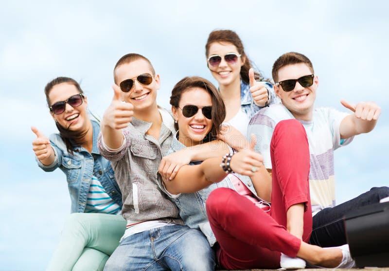 Adolescents montrant des pouces  photos libres de droits