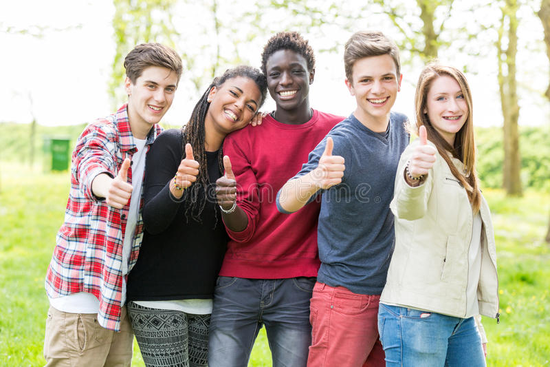 Adolescents multiraciaux image stock