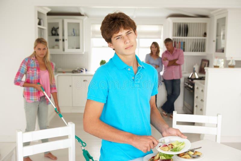Adolescents n'appréciant pas les travaux domestiques photo stock
