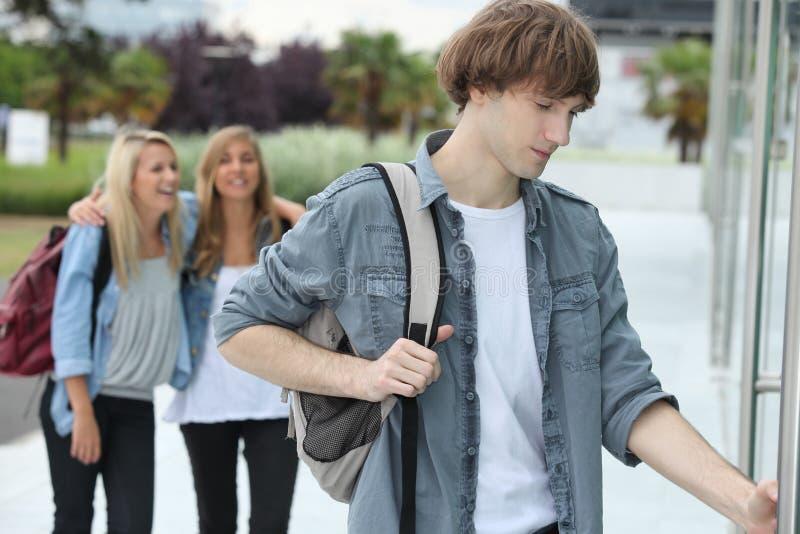 Adolescents obtenant à l'université photos libres de droits