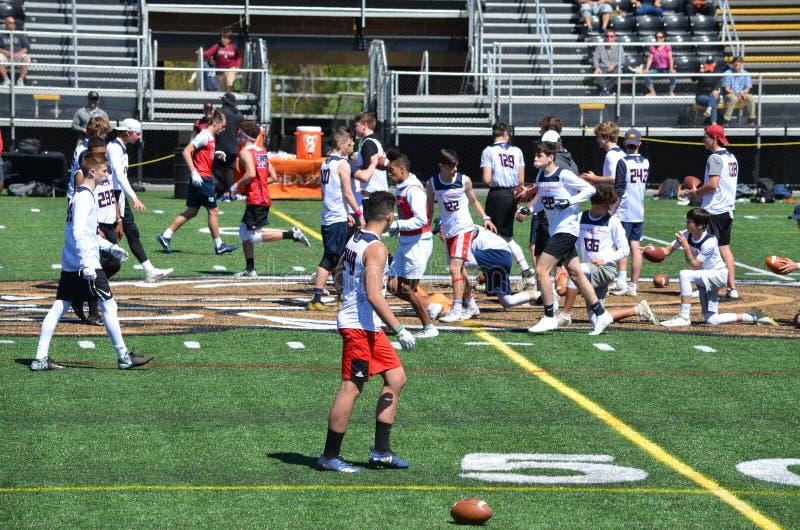 Adolescents pratiquant le football américain photographie stock libre de droits