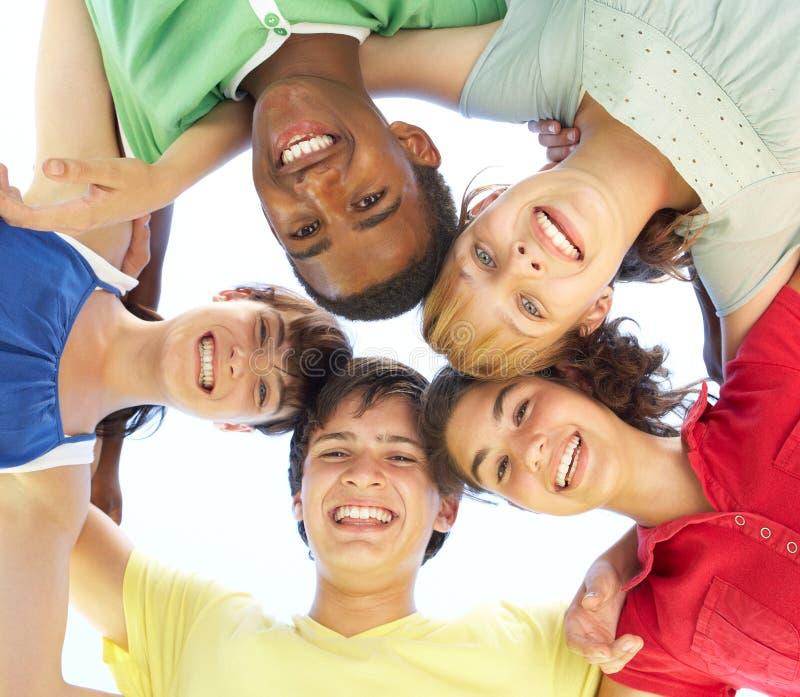 Adolescents regardant vers le bas dans l'appareil-photo image libre de droits
