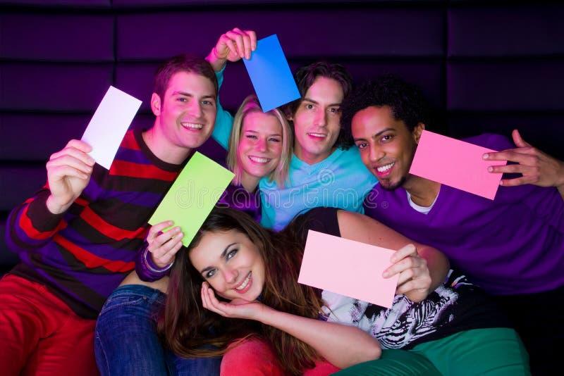 Adolescents tenant des signes photographie stock libre de droits