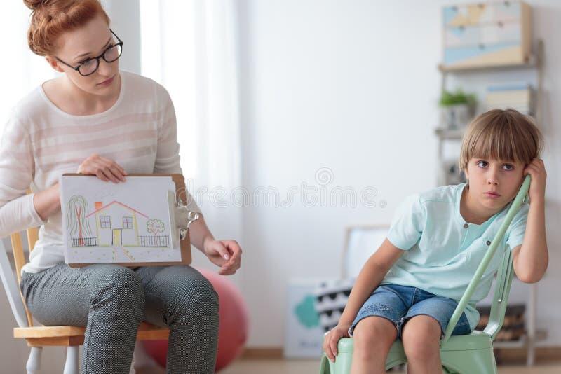 Adopci chłopiec i doradca zdjęcia stock
