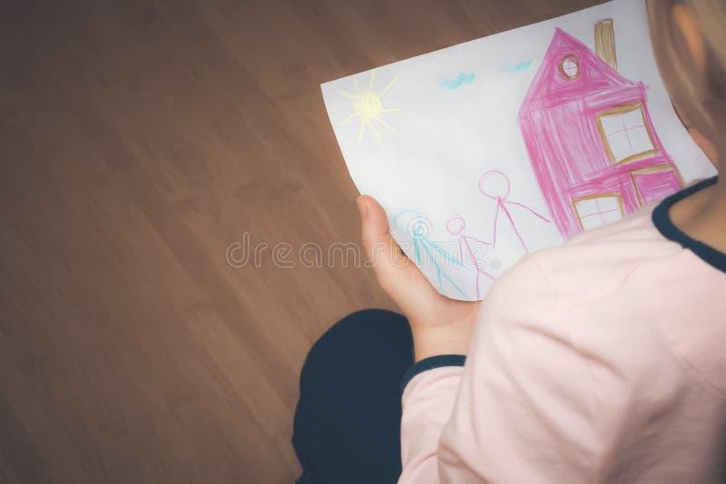 Adoption av lite flickan arkivbild