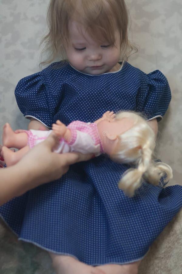 adoption ou adoption Verticale de petite fille images libres de droits