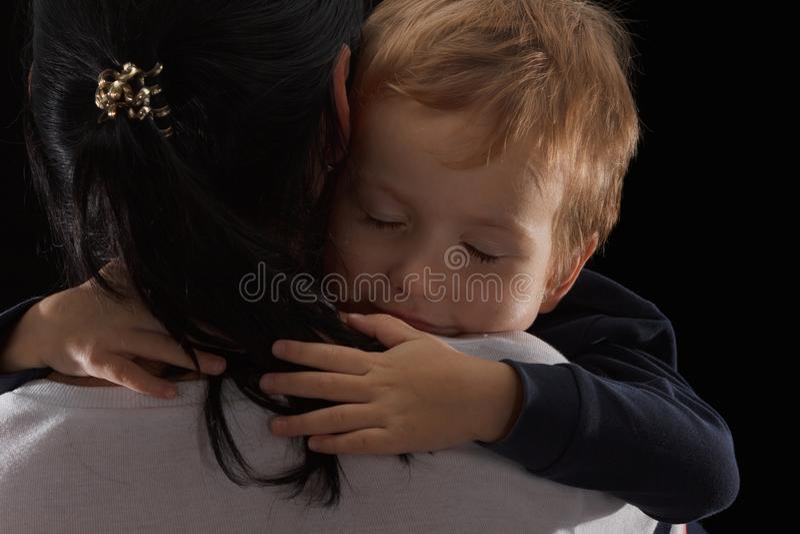 Adoptionbegreppet, en föräldralös är lite pojken och hans nya moder Lycklig barndom som att bry sig för barn arkivbild