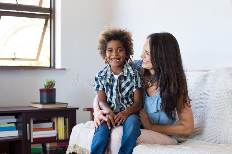 Adoptiv- barn som spelar med modern fotografering för bildbyråer