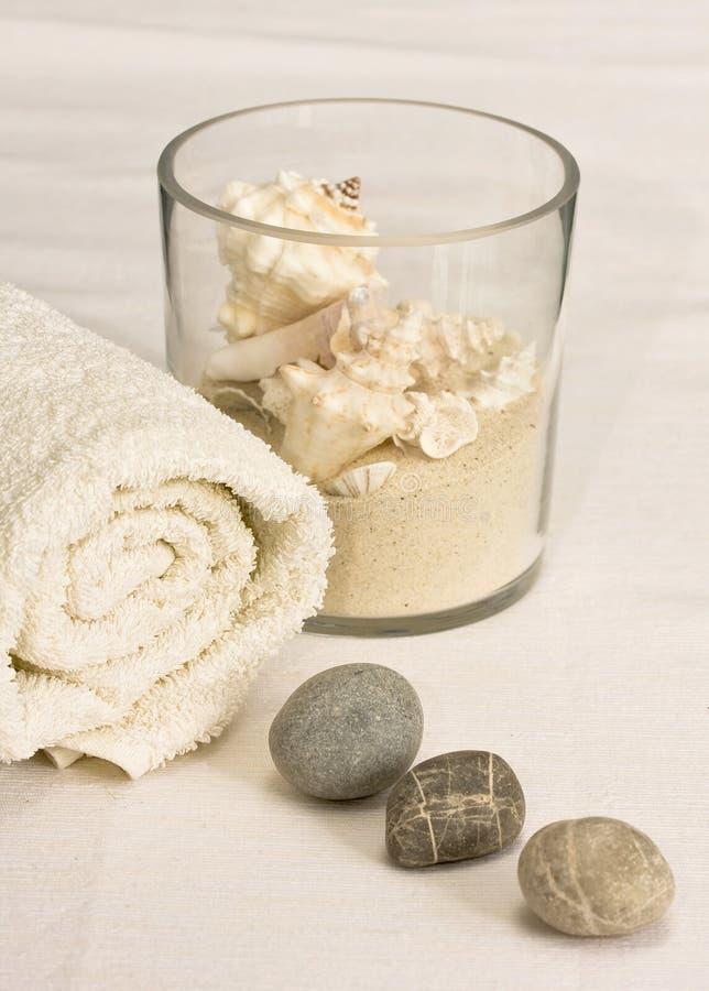 Adoquines con las toallas blancas imagenes de archivo