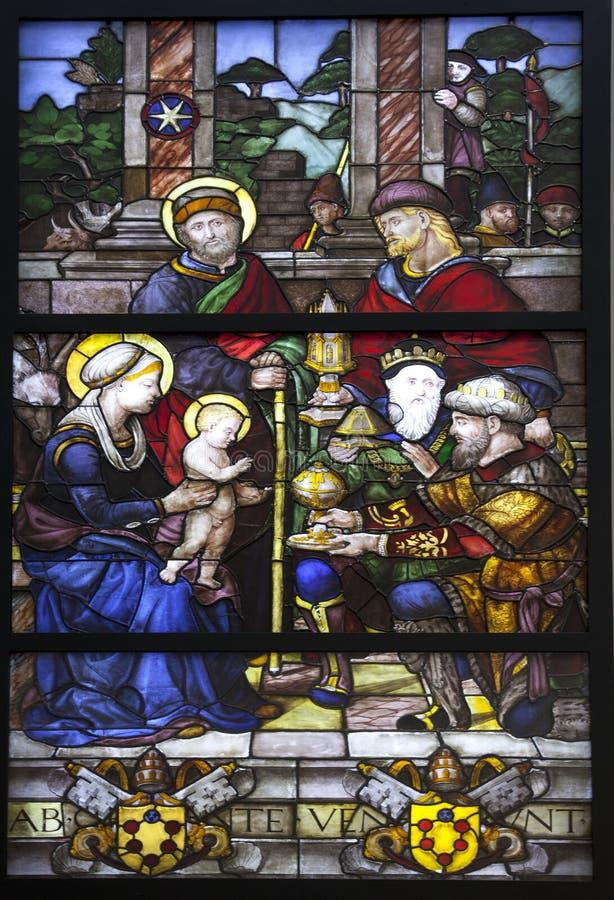 Adoração do vitral dos três Reis Magos fotos de stock royalty free