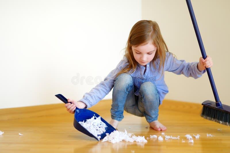 Adorable little girl helping her mom to clean up royalty-vrije stock afbeeldingen