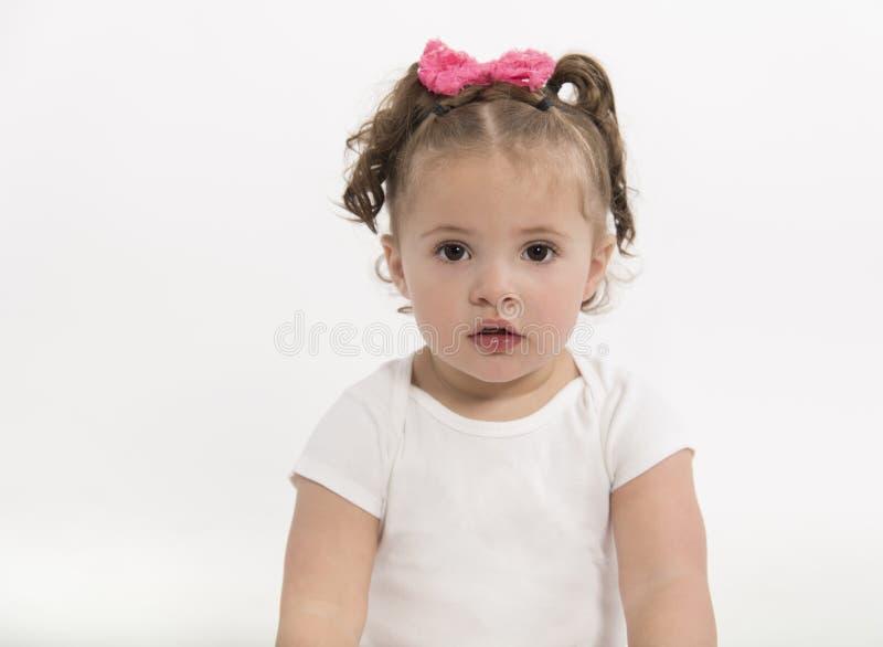 Adorable, niña con los ojos marrones grandes y expresión seria fotografía de archivo