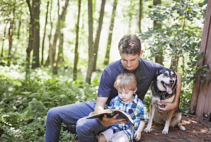 Adoración del hombre joven y del niño foto de archivo libre de regalías