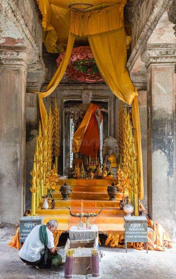 Adoración religiosa en el templo de Siem Reap en Camboya foto de archivo libre de regalías