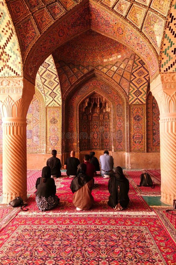Adoradores que rezam na mesquita, Isfahan, Irã fotos de stock royalty free