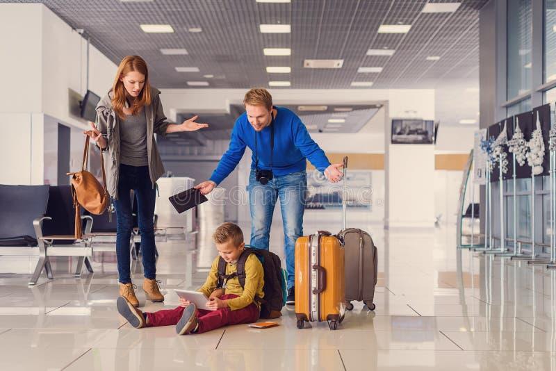 Adoralbe weinig jongen bij luchthaven stock afbeeldingen