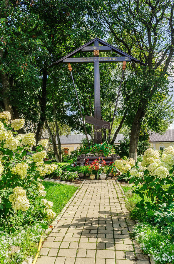 Adore a cruz no território do monastério Jiten em Ostashkov imagens de stock