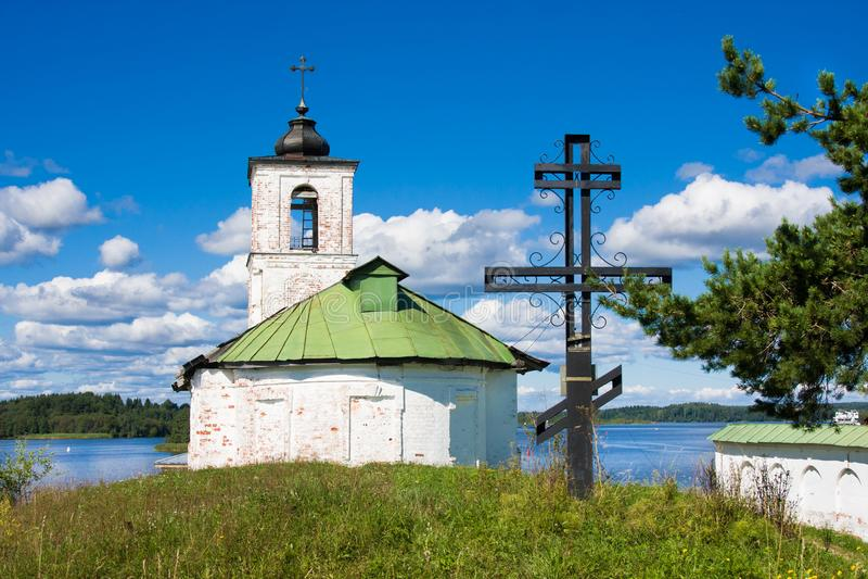 Adore a igreja próxima transversal da introdução de Virgem Maria Blessed ao templo na vila da região de Goritsy Vologda, Rússia imagem de stock
