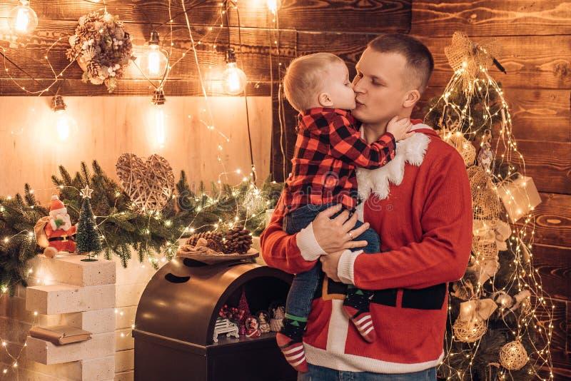 Adore a su hijo Concepto de vacaciones de invierno Ambiente mágico vacaciones familiares La alegría de la paternidad Disfruta cad imágenes de archivo libres de regalías