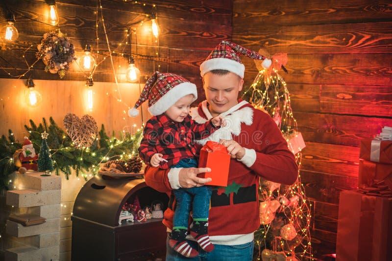 Adore suo figlio vacanze familiari in atmosfera magica Gioia della festa Goditi ogni momento con il figlio vacanze invernali immagine stock libera da diritti